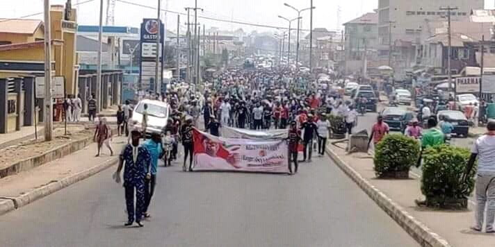 8749105 fbimg15499967482398406 jpeg320f3920bd3590310895d66f0cefccd4 - Youths In Their Hundreds Storm The Street In Ibadan To Support Atiku