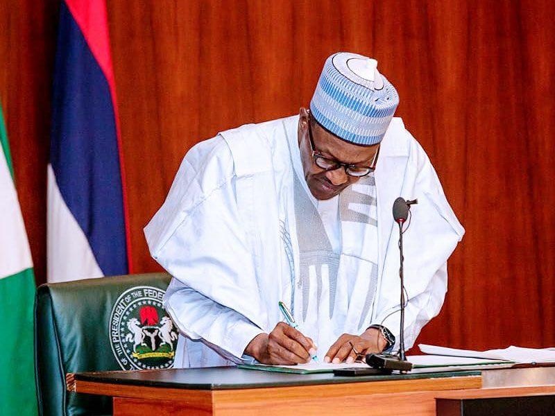 President Buhari signs 800x600 - Breaking: President Buhari Signs New Minimum Wage Bill Into Law