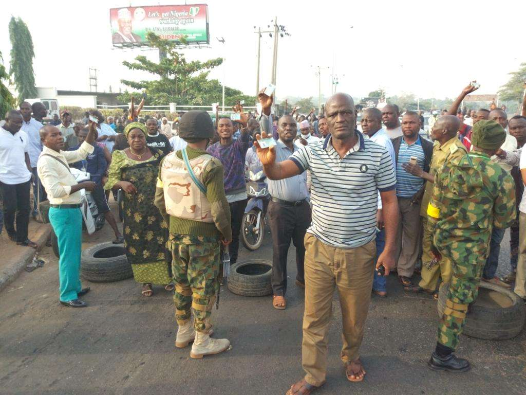 Protest by voters in Kaduna - Breaking News: Buhari Must Go Protest Rock Kaduna South