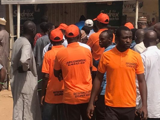 WhatsApp Image 2019 02 23 at 11.26.38 AM 533x400 - PHOTOS: Despite Warnings, Youths Wear Parties T-Shirts, Caps To Polling Unit