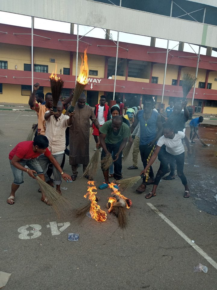 benue youths 1 - Benue Youths Wash Buhari's 'Bad Luck', Burn APC Brooms After Visit (Photos)