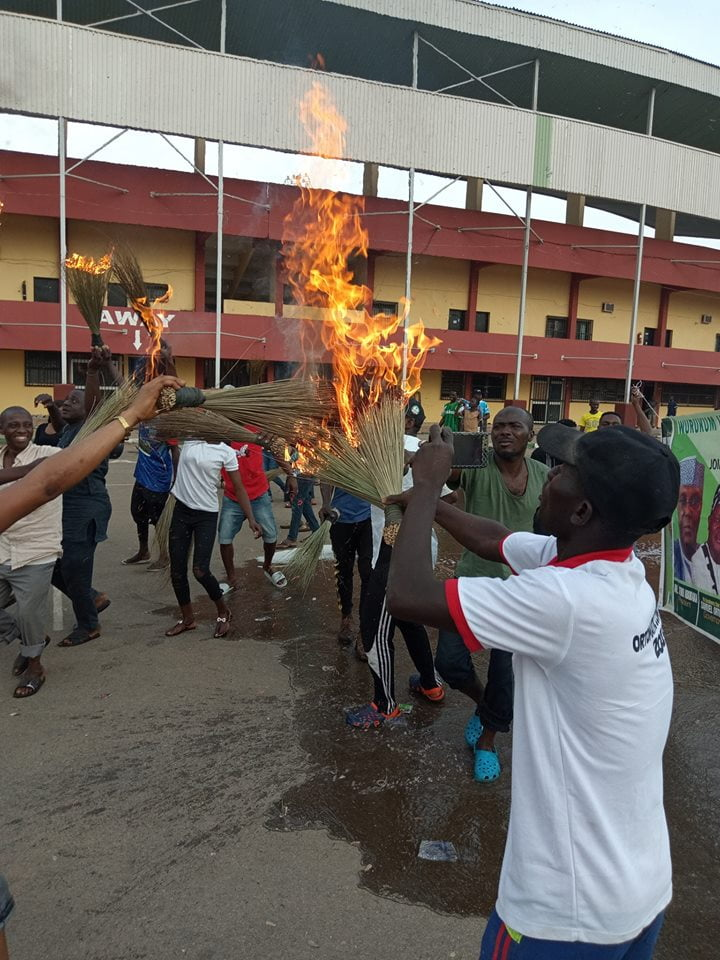 benue youths 2 - Benue Youths Wash Buhari's 'Bad Luck', Burn APC Brooms After Visit (Photos)