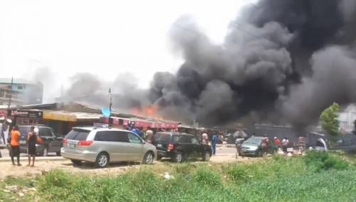 Breaking: Fire Breaks Out In Surulere, Lagos (Video)