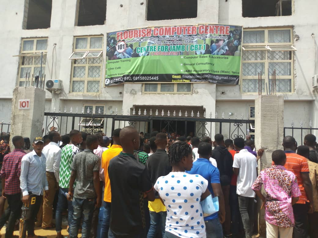 JAMB - JAMB 2019: CBT Not Working, UTME Candidates Wait Oustide Exam Hall ( Photos)
