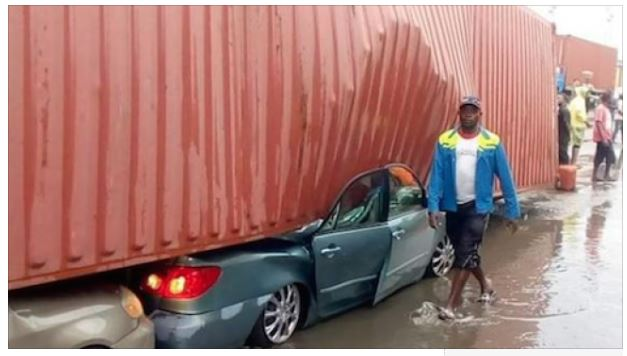 Truck Crushes 1 - Container Crushes Cars In Apapa (Potos)