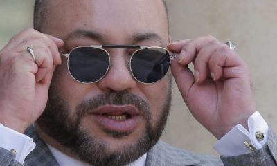 King Mohammed VI of Morocco takes off his sunglasses when he arrives at the Élysée Palace on May 2, 2017 (photo illustration). © Michel Euler / AP / Sipa