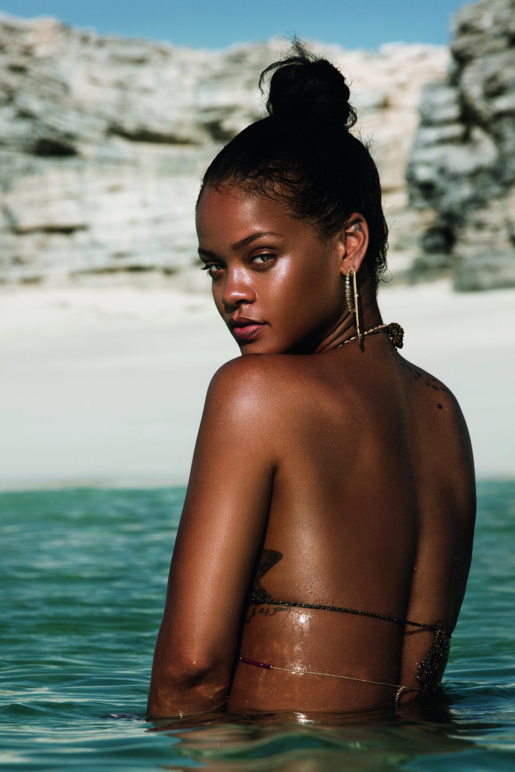 rihanna-visual-biography-171019-02