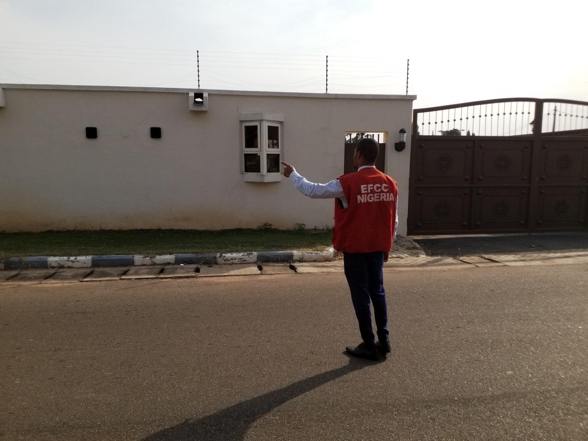 EKzO5mBWwAA5RGR - Court Orders Saraki To Forfeit Houses To FG (Photos)