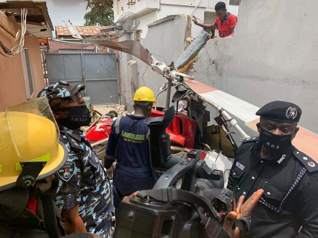 Eggia7GUYAsmy4m - Two Confirmed Dead As Helicopter Crashes Into Lagos Residential Building (Photos)