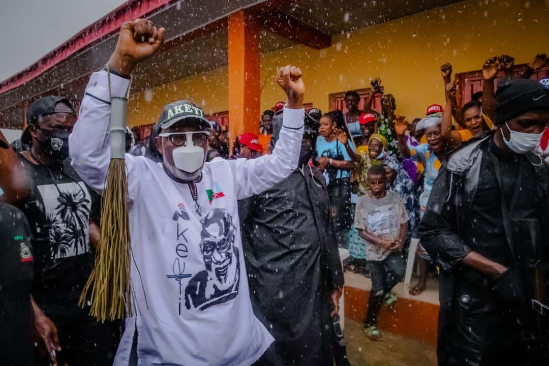 EhvhcymWAAMig7a - Ondo People Ignore Rains To Welcome APC's Akeredolu Campaign Team (Photos)