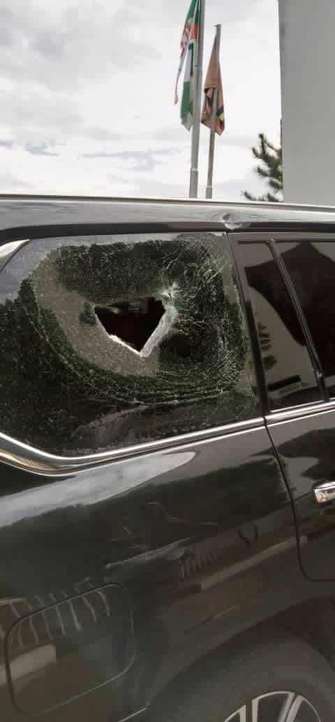 EkioEvYX0AgNqSK - Osun Governor, Gboyega Oyetola Attacked By Thugs At #EndSARS Protest (Photos And Video)