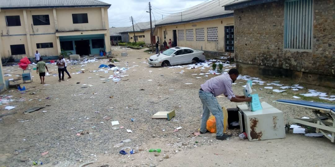 ElGfqK XUAEXtmv - Hoodlums Attack, Burn WAEC Office, Senator Ndoma-Egba's House In Calabar (Videos)