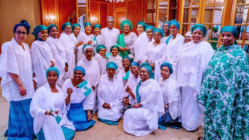 Here are some women, including President Buhari's daughters Zahra and Halima, posing for a photo with the president and his wife at the Government House in Abuja.