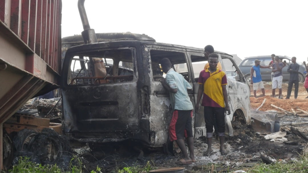 EmOAWUOXIAA5JIL - 2 Dead, Over 20 Vehicles Burnt As Tanker Explodes On Kara Bridge