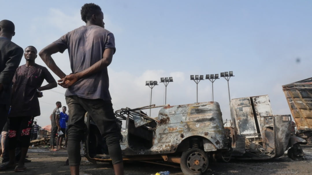 EmOAWUkXEAAp B7 - 2 Dead, Over 20 Vehicles Burnt As Tanker Explodes On Kara Bridge