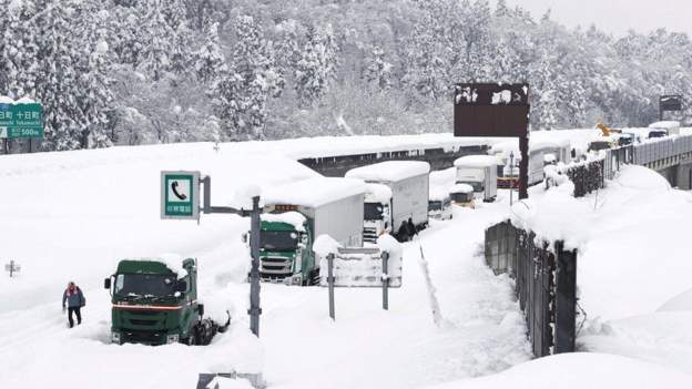 Snow Traps Over 1,000 Cars On A Street In Japan