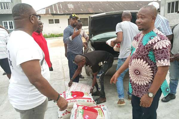 Militants palliaitves - FG Distributes Palliatives To Ex-Militants (Photos)