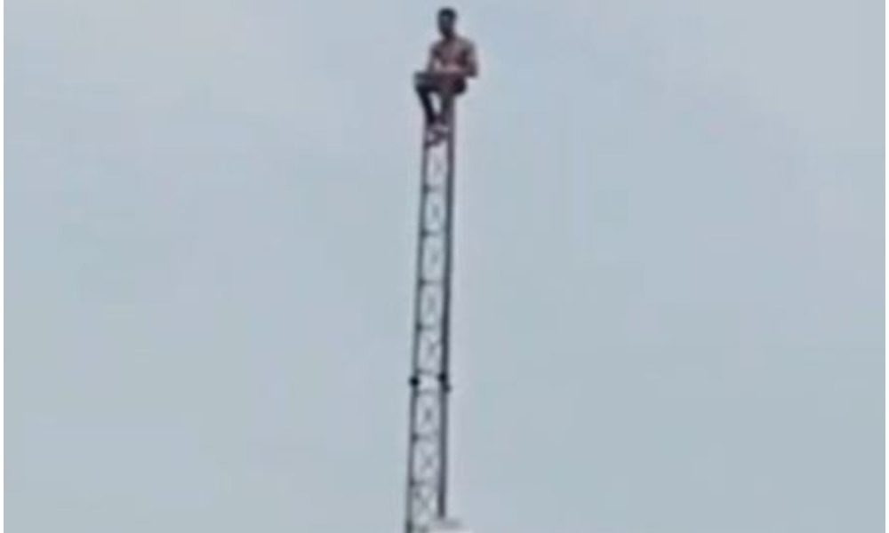 VIDEO: Frustrated Nigerian Man Spotted On A Telecommunications Mast In Lagos