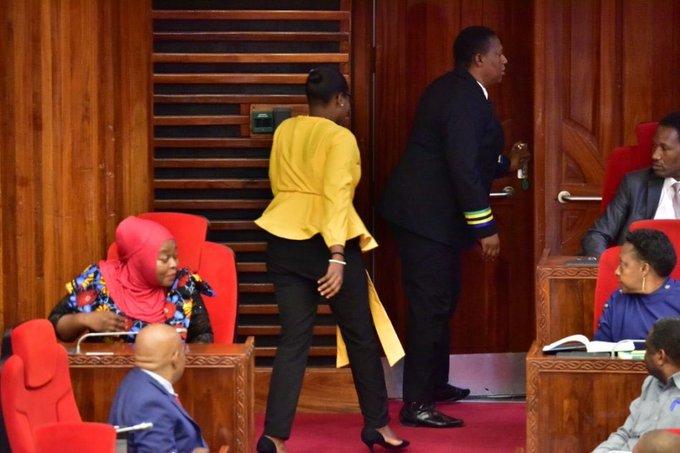 Un político fue expulsado del Parlamento por llevar pantalones ajustados |  Foto